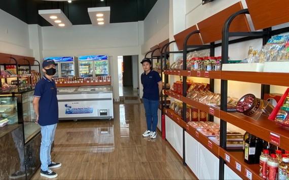 平陽省苡安市綠色廣場複合區的大發食品旗艦店準備投入活動。