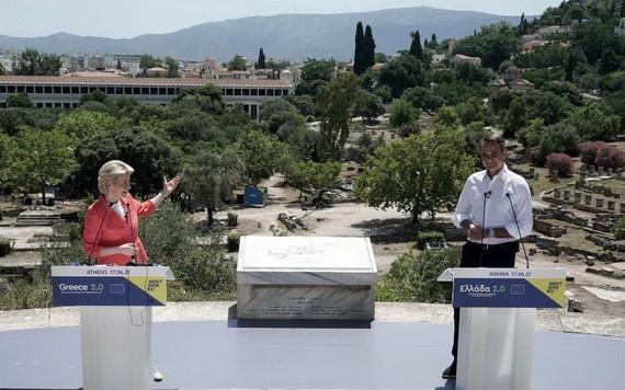 6月17日,歐盟委員會主席馮德萊恩(左)在希臘雅典和希臘總理米佐塔基斯舉行聯合新聞發佈會。(圖源:新華社)