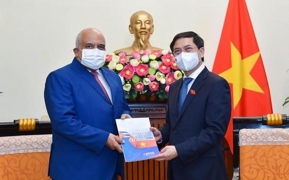 外交部長裴清山(右)向古巴大使奧蘭多‧尼古拉斯‧斯吉倫贈送紀念品。(圖源:嘉寶)
