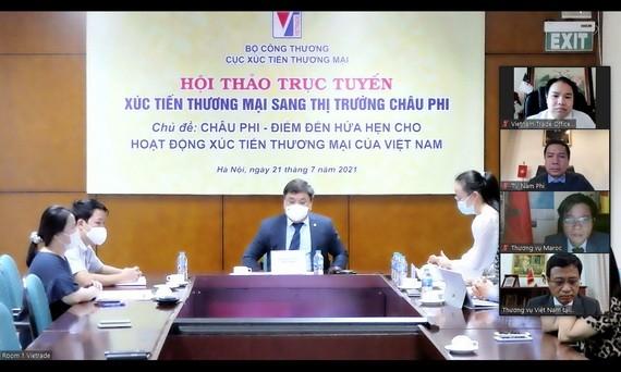 工商部貿易促進局局長黎黃才(中)在研討會山發言。(圖源:工商部)