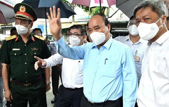 國家主席阮春福探望福門縣封鎖區居民。(圖源:越勇)