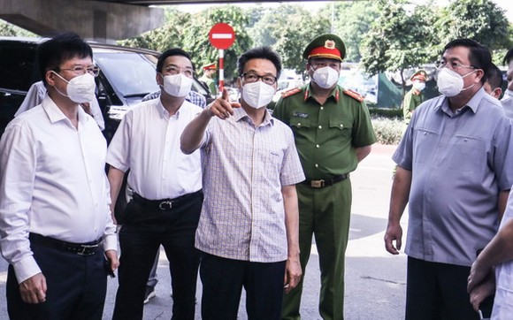 政府副總理武德膽(中)突擊檢查河內市的新冠肺炎疫情防控工作。(圖源:T.Linh)