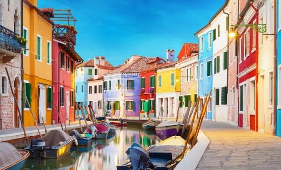 五彩繽紛的房子顏色的威尼斯彩色島。
