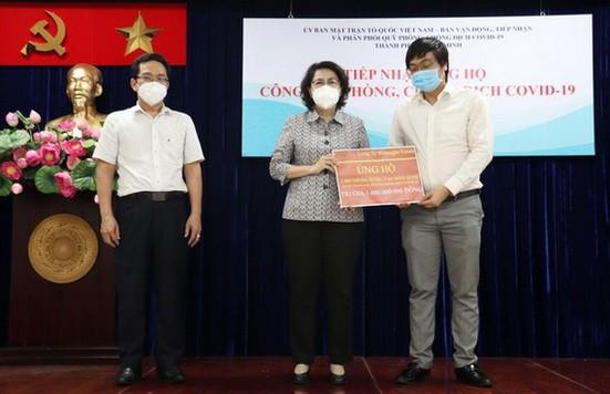 市越南祖國陣線委員會主席蘇氏碧珠(中)出席各單位贈送必需品與醫療物資移交儀式。(圖源:黃雪)