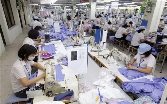 圖為10號成衣總公司的一家製衣廠生產車間一景。