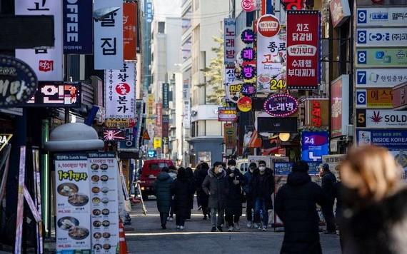 韓國首爾市17日凌晨最低氣溫降至0攝氏度左右,出現今年首個冰凍天氣。(圖源:彭博社)