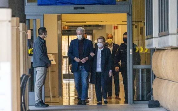 當地時間17日,75歲的美國前總統比爾‧克林頓在妻子希拉里陪伴下,從加州一家醫院出院。(圖源:AP)