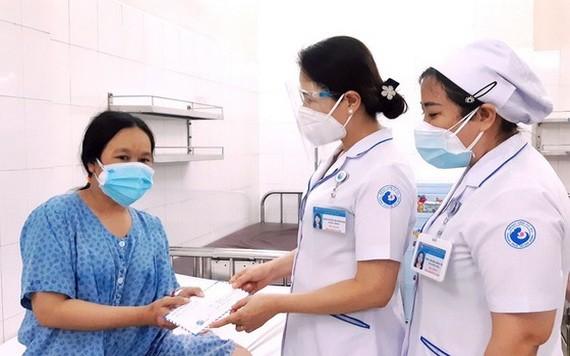 市接生員協會副主任阮氏雪嫦向某產婦贈送輔助金。
