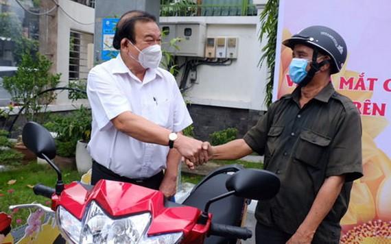 市勞動與榮軍社會廳廳長黎明晉向阮文熱贈送摩托車。