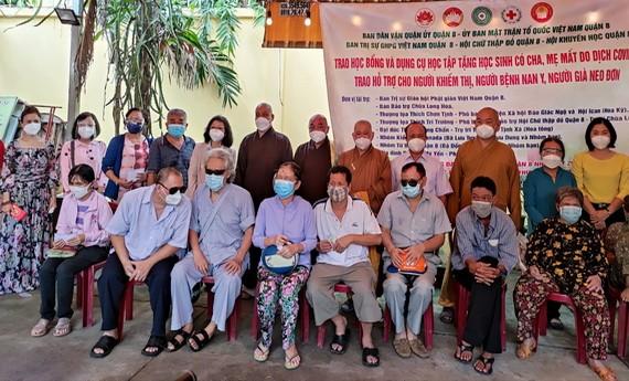 組委會向視障者贈送輔助金。