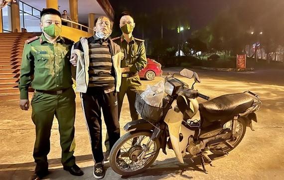 潛逃在外的殺人嫌犯陳文孝(中)終於在老街落網。(圖源:警方提供)