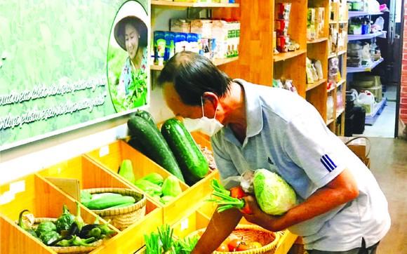 """顧客在""""家鄉市集""""綠色產品商店購買蔬菜。"""