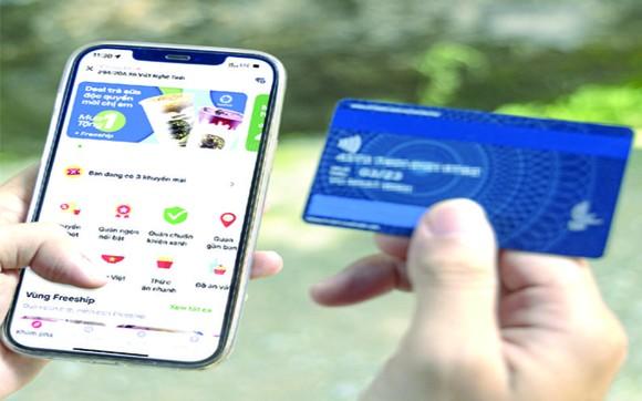 在新冠肺炎疫情尚複雜多變的背景下,越南Gojek公司透過在手機上的應用程式,正式推出非現款付費方式。