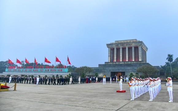 黨和國家領導與代表晉謁胡志明主席陵。