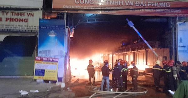 Cháy lớn ở nhà xưởng vùng ven TPHCM, nhiều người hoảng sợ