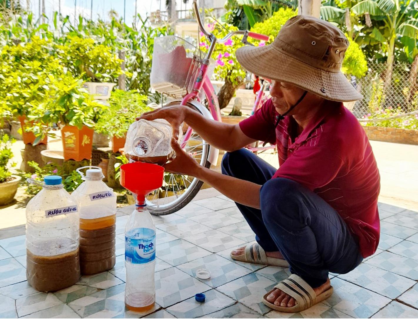 Nông dân tự làm bẫy sinh học, trừ sâu thảo mộc để trồng rau hữu cơ ảnh 9