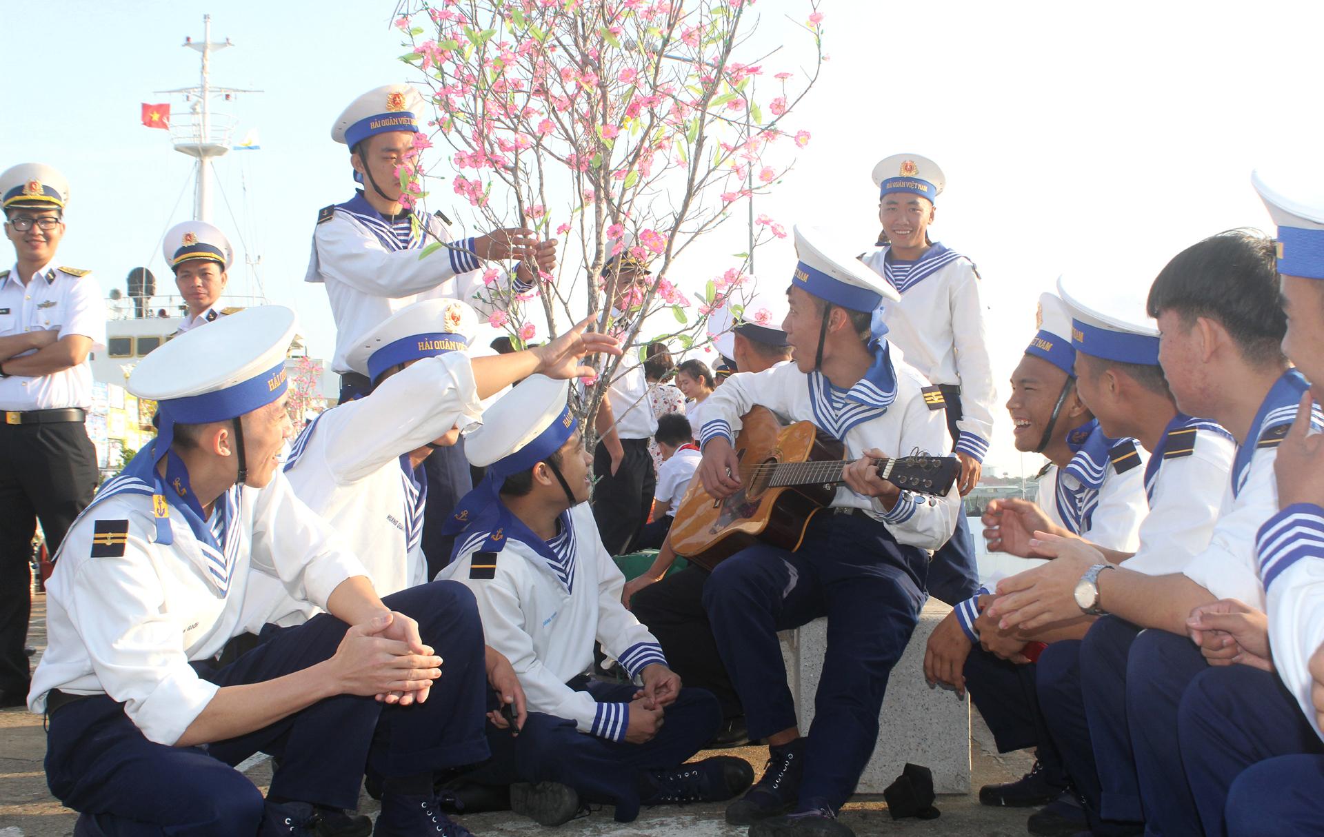Vùng 2 Hải quân chở mùa xuân ra nhà giàn DK1 ảnh 3