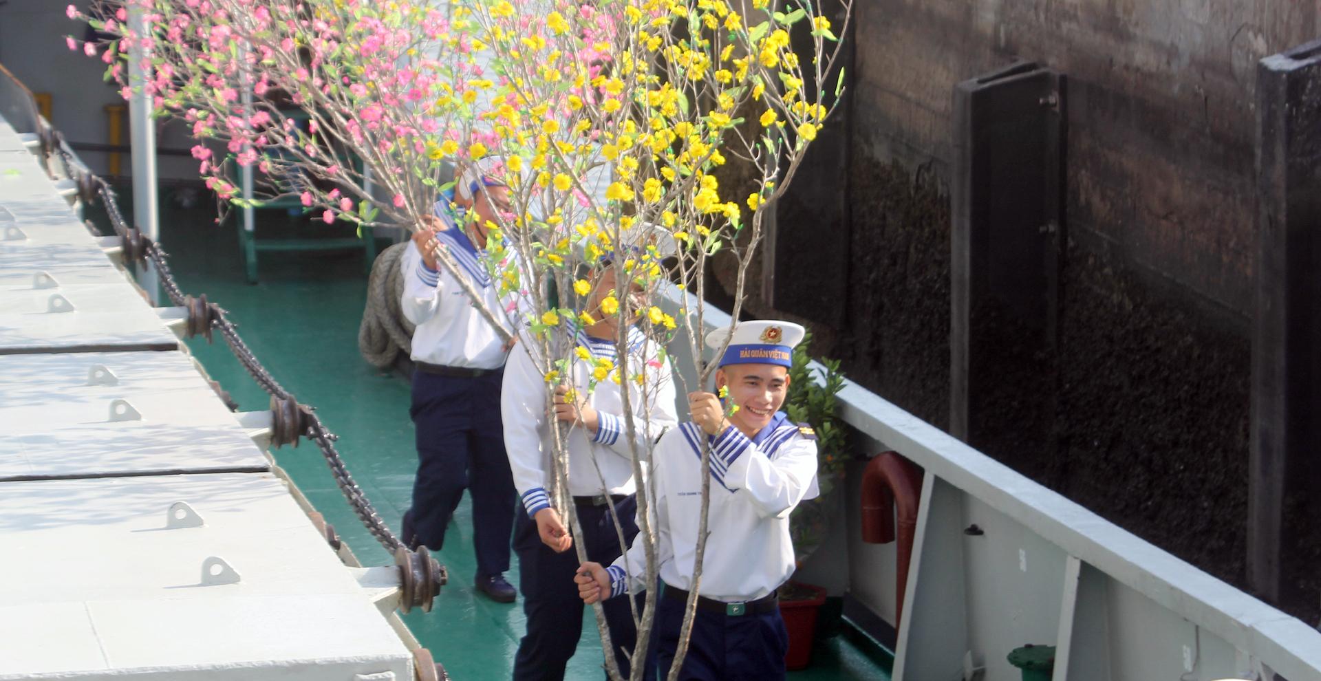 Vùng 2 Hải quân chở mùa xuân ra nhà giàn DK1 ảnh 8