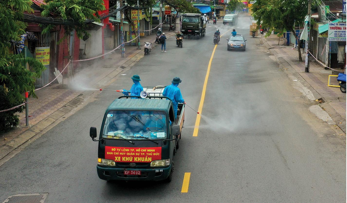 Lực lượng vũ trang ra quân phun khử khuẩn toàn thành phố  ảnh 15