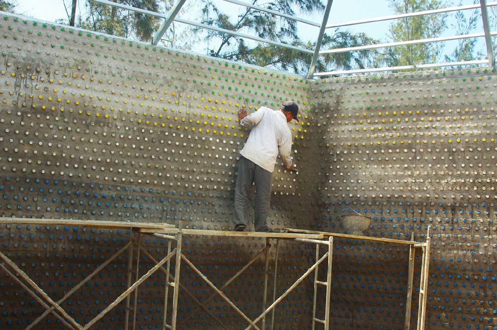Độc đáo ngôi chùa được xây bằng 60.000 vỏ chai nhựa  ảnh 14