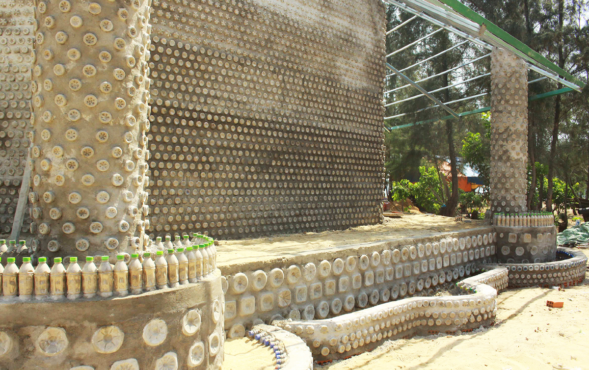 Độc đáo ngôi chùa được xây bằng 60.000 vỏ chai nhựa  ảnh 2