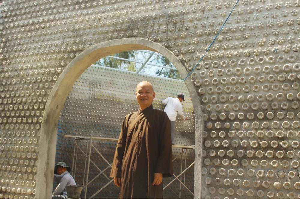 Độc đáo ngôi chùa được xây bằng 60.000 vỏ chai nhựa  ảnh 6