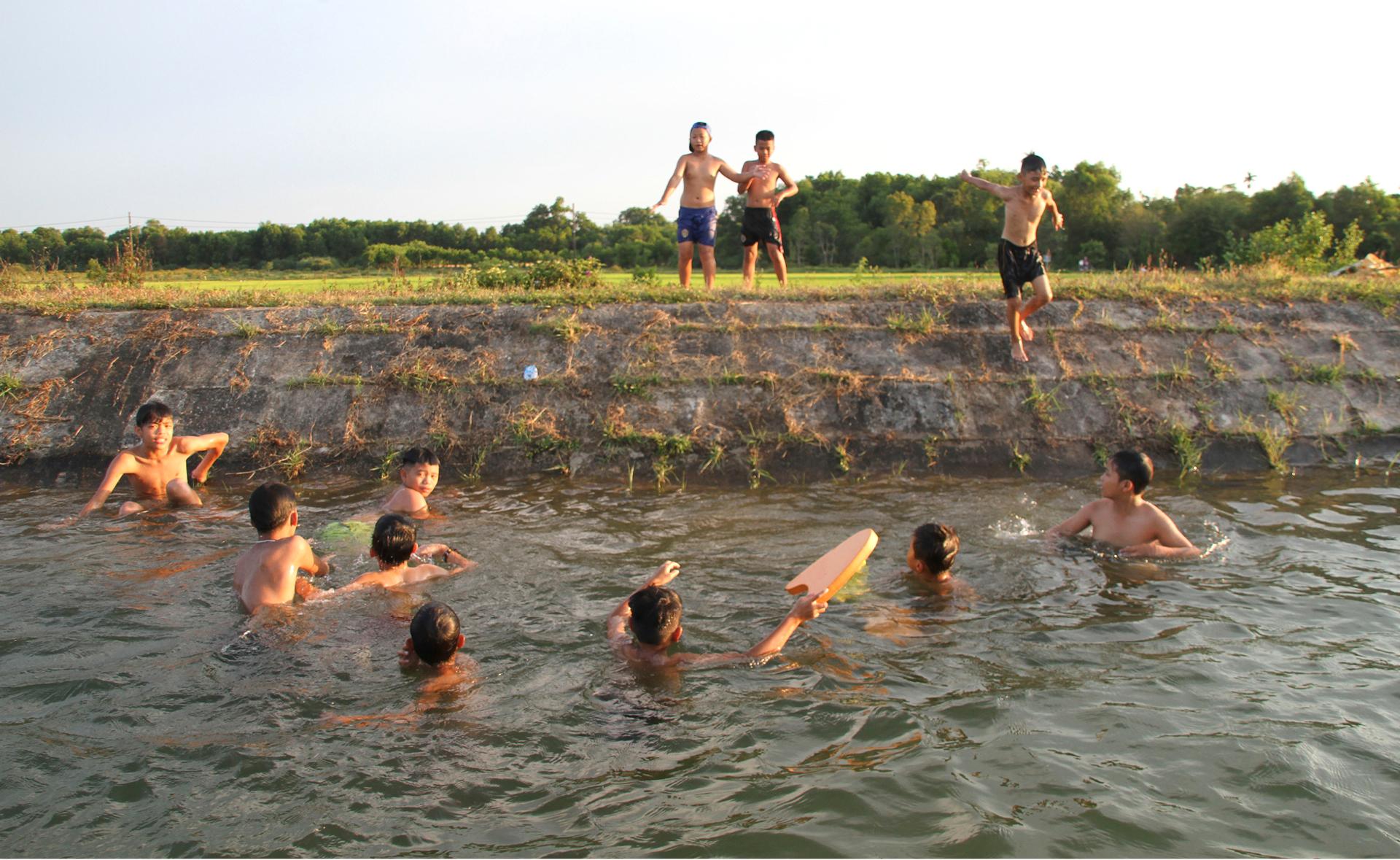 Thầy giáo 'nắn' dòng kênh thủy lợi mở lớp dạy bơi miễn phí ảnh 15