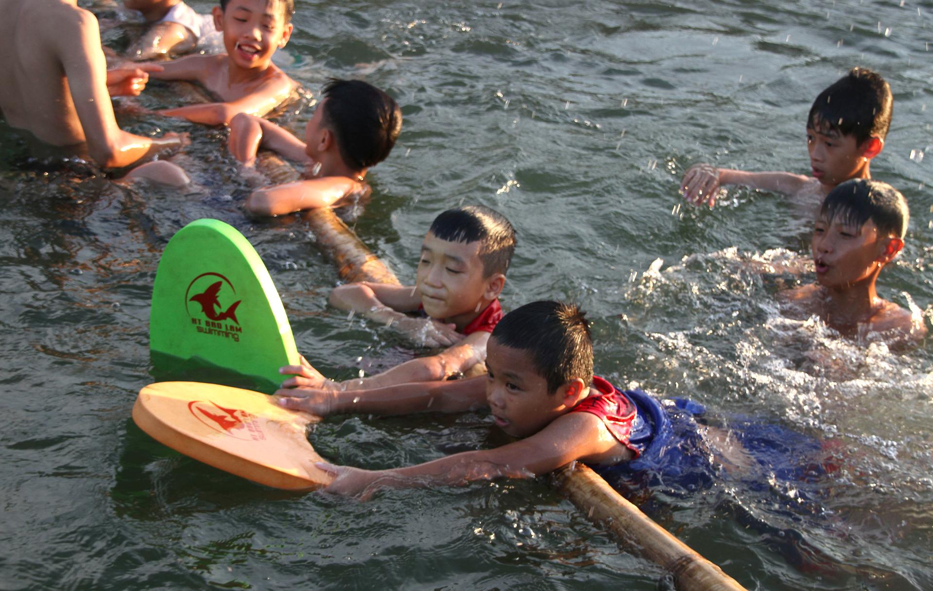 Thầy giáo 'nắn' dòng kênh thủy lợi mở lớp dạy bơi miễn phí ảnh 25