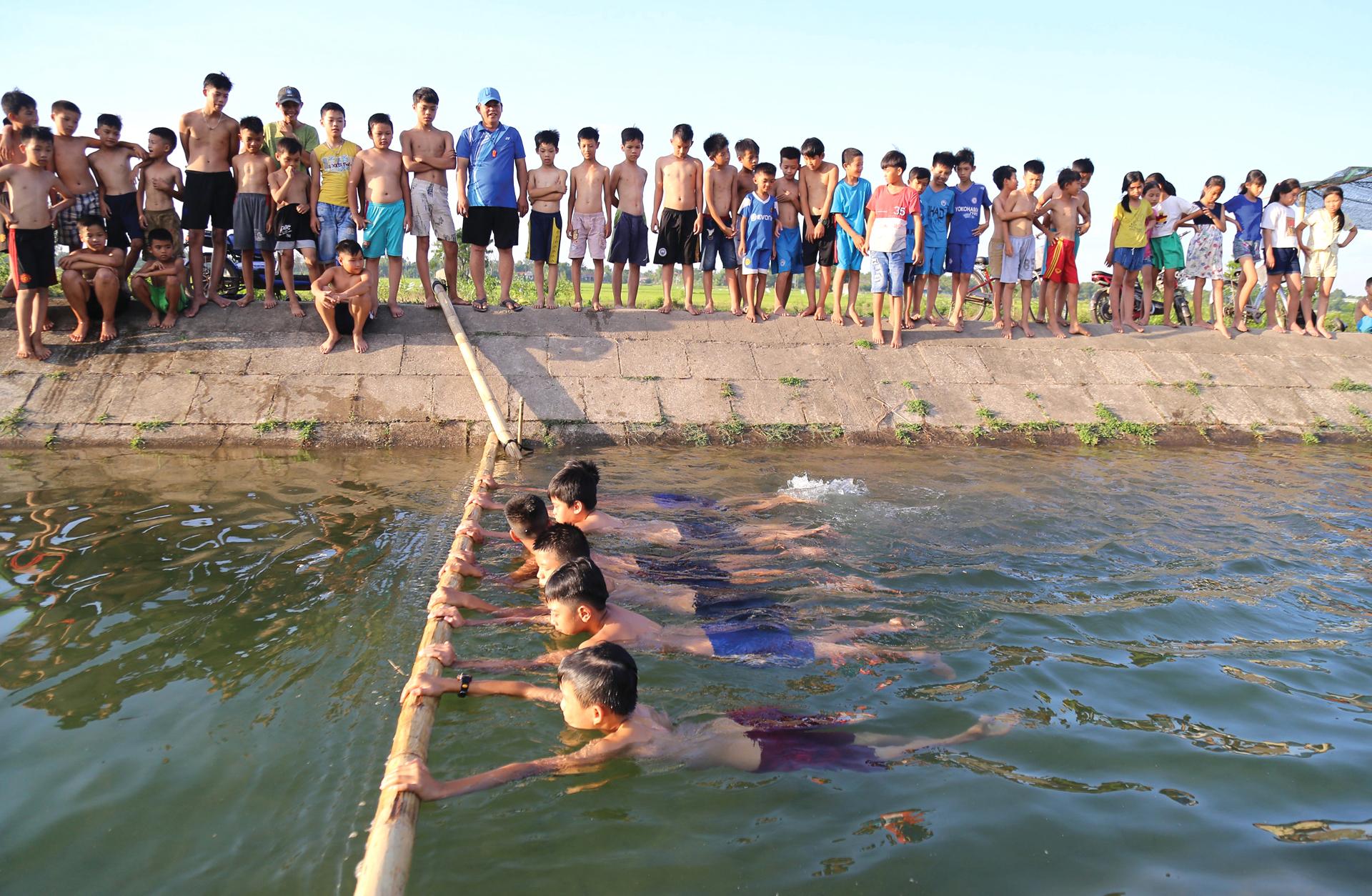 Thầy giáo 'nắn' dòng kênh thủy lợi mở lớp dạy bơi miễn phí ảnh 2