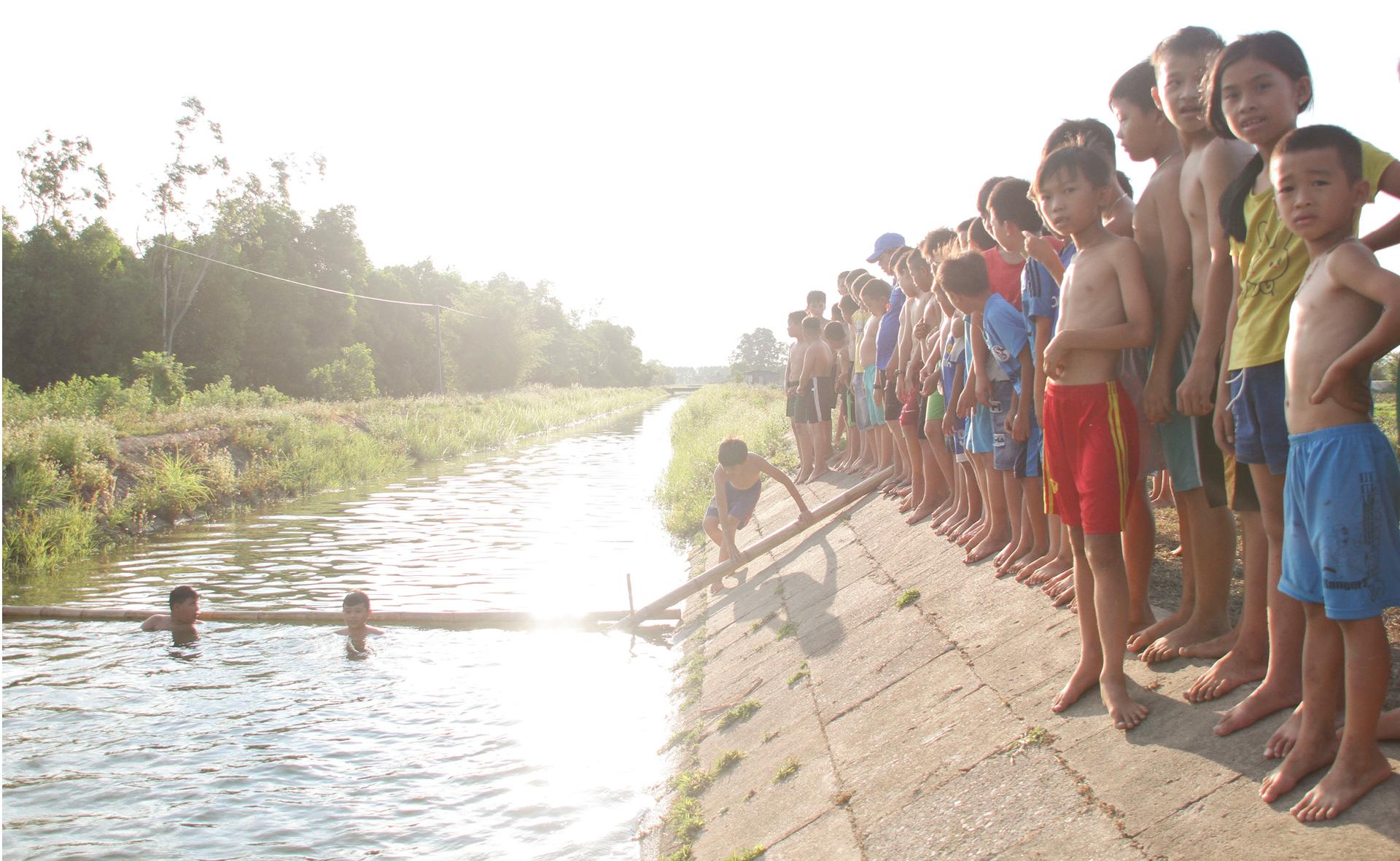 Thầy giáo 'nắn' dòng kênh thủy lợi mở lớp dạy bơi miễn phí ảnh 8