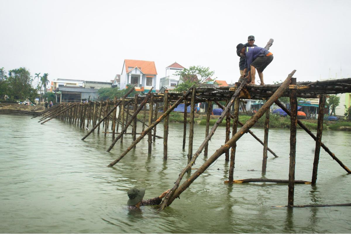 Cả làng cùng dựng cầu đón tết ảnh 2