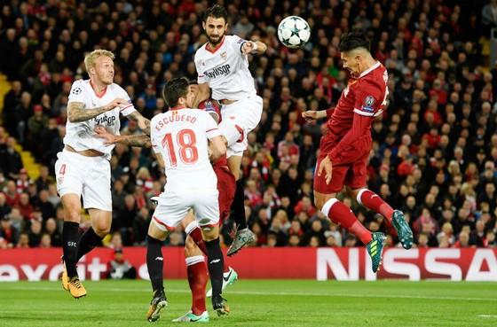Liverpool (phải) để Sevilla cầm hòa đáng tiếc.