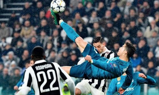 Cận cảnh pha ngả người móc bóng tuyệt đẹp của Ronaldo. Ảnh: Sky Sports