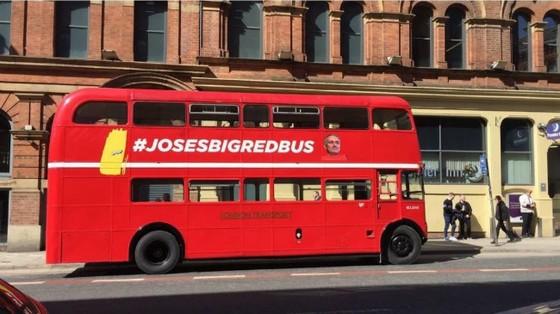 Chiếc xe buýt in hình HLV Mourinho ở trung tâm thành phố Manchester. Ảnh: Manchester Evening News