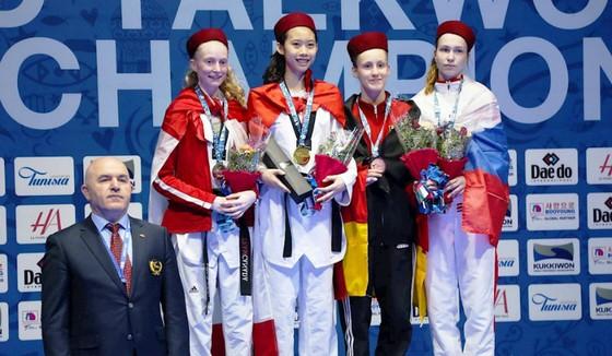 Nữ võ sĩ Hồ Thị Kim Ngân trên bục nhân HCV trẻ thế giới năm 2018.