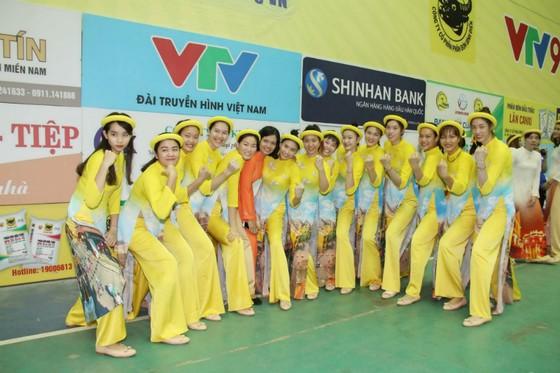 Các cô gái VTV Bình Điền Long An trong trang phục áo dài truyền thống.