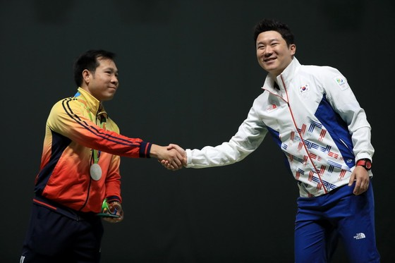 Xạ thủ Jin Jong Oh (phải) là đối thủ quen thuộc của Hoàng Xuân Vinh.