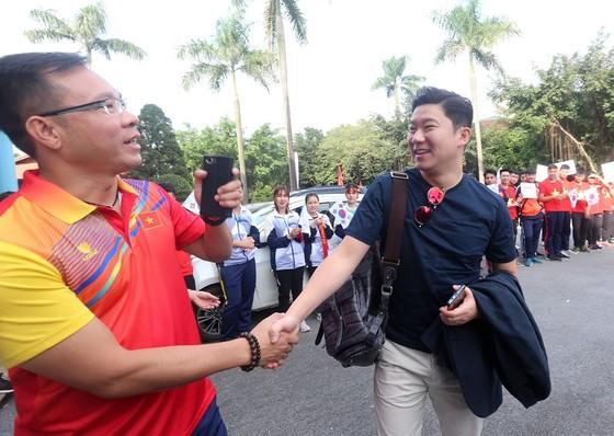 Xạ thủ Hoàng Xuân Vinh vui mừng khi gặp lại đối thủ Jin Jong Oh (phải). Ảnh: MINH HOÀNG