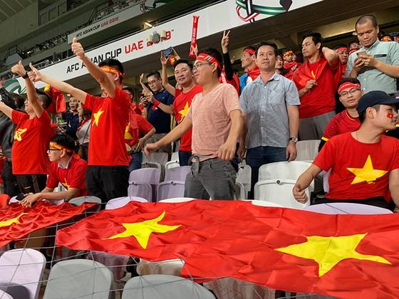 CĐV Việt Nam khiến khán đài sân Hazza Bin Zayed bừng sáng ảnh 1