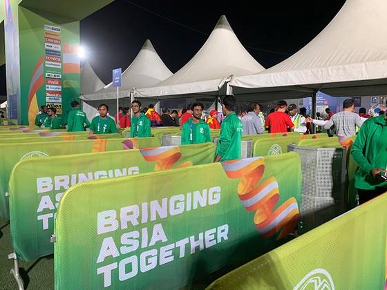 CĐV Việt Nam khiến khán đài sân Hazza Bin Zayed bừng sáng ảnh 5