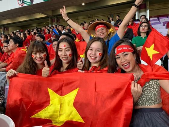 CĐV Việt Nam khiến khán đài sân Hazza Bin Zayed bừng sáng ảnh 7
