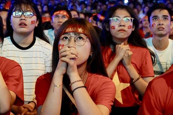 Sự hồi hộp hiện trên khuôn mặt của các CĐV tại TPHCM trong trận tứ kết Việt Nam - Nhật Bản.