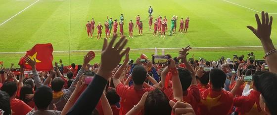 Vẻ đẹp fan Việt trong cuộc hành trình cùng đội tuyển Việt Nam tại UAE  ảnh 5