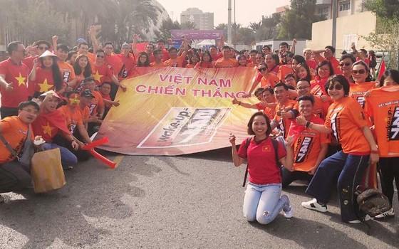 Vẻ đẹp fan Việt trong cuộc hành trình cùng đội tuyển Việt Nam tại UAE  ảnh 2