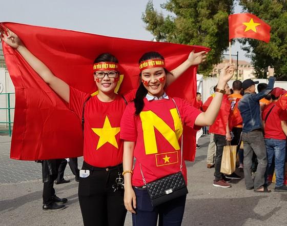 Vẻ đẹp fan Việt trong cuộc hành trình cùng đội tuyển Việt Nam tại UAE  ảnh 6