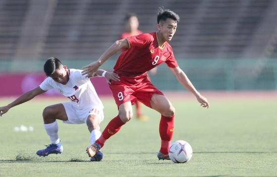 U22 Việt Nam (phải) vẫn chưa tập trung được đầy đủ lực lượng mạnh nhất cho giải đấu khu vực. Ảnh: DŨNG PHƯƠNG