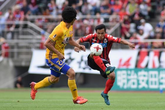 Chanathip Songkrasin (phải) trở thành cầu thủ đắt giá nhất Đông Nam Á.