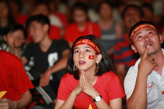 Người hâm mộ TPHCM phủ kín phố đi bộ Nguyễn Huệ ngày U.23 Việt Nam đánh bại U.23 Thái Lan 4-0 ảnh 2