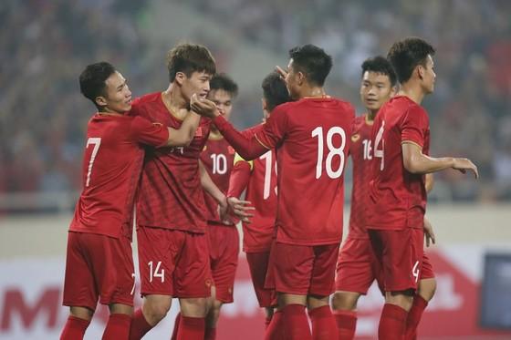 Đồng đội chia vui cùng Hoàng Đức sau bàn thắng thứ 2. Ảnh: MINH HOÀNG