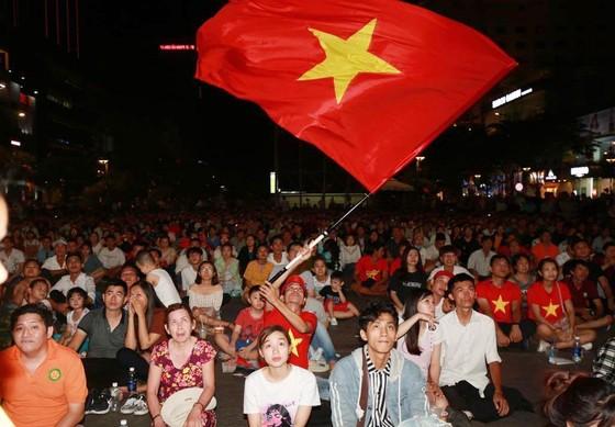 Người hâm mộ TPHCM phủ kín phố đi bộ Nguyễn Huệ ngày U.23 Việt Nam đánh bại U.23 Thái Lan 4-0 ảnh 1